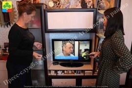 Волонтеры помогают подключить цифровые приставки
